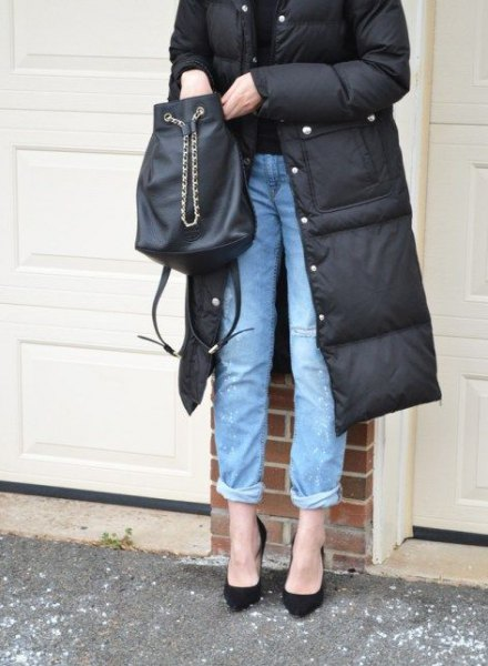 black, midi-long puffer coat with blue jeans with cuff