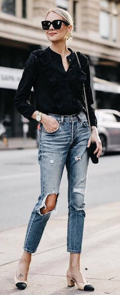 black mini blouse with V-neckline and ripped, narrow-cut ankle jeans