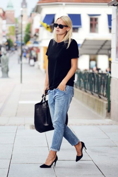 black oversized t-shirt with light blue boyfriend jeans with cuff