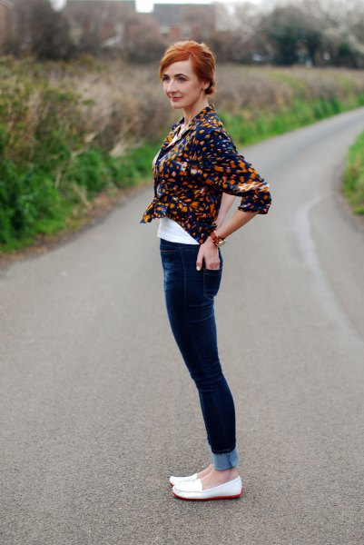 black printed shirt with dark blue skinny jeans and white slippers