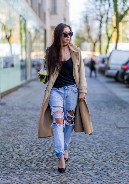 black tank top with scoop neckline and light blue boyfriend jeans