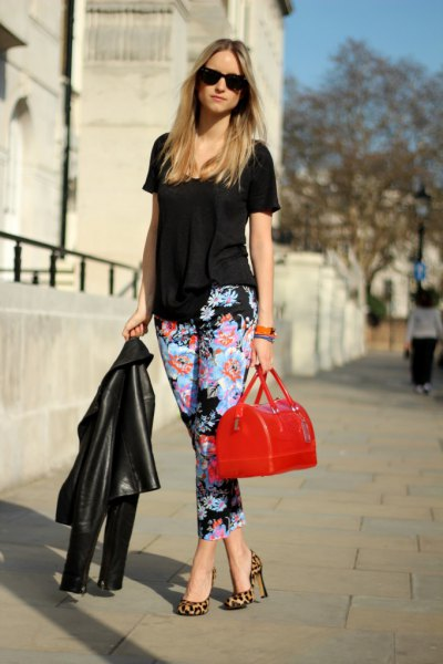 black short-sleeved blouse with cropped trousers with a floral pattern and a slim fit