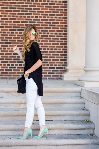 black short-sleeved blouse with short sleeves and a relaxed fit, white jeans and pink heels