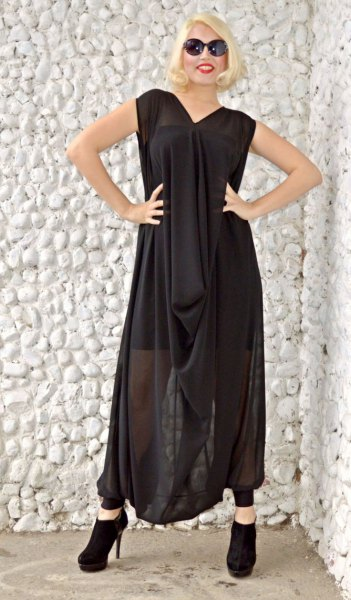 black sleeveless maxi dress with a loose fit
