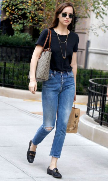black t-shirt with blue, narrow-cut ankle jeans and slippers
