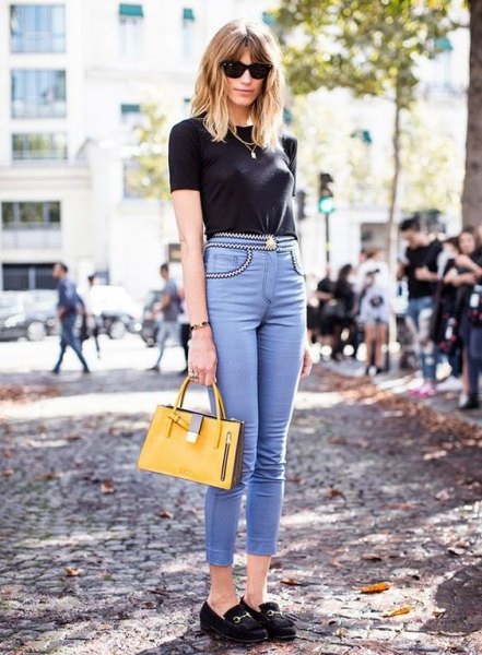 black t-shirt with light blue skinny jeans with a high waist