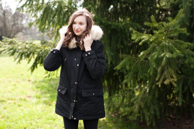 black trench coat with white faux fur hood and skinny jeans