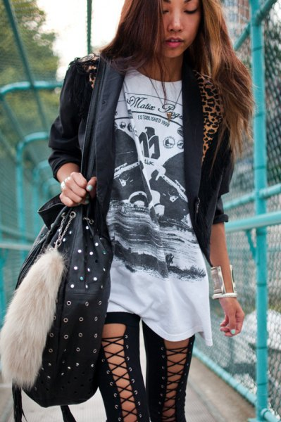 black t-shirt with tunic print, casual blazer and lace-up gaiters