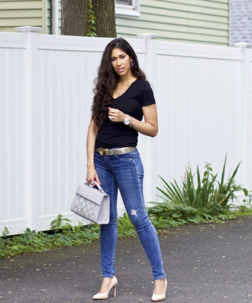 black V-neck t-shirt, skinny jeans and belt