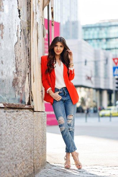 Blazer with white chiffon blouse with V-neck and boyfriend jeans with cuff