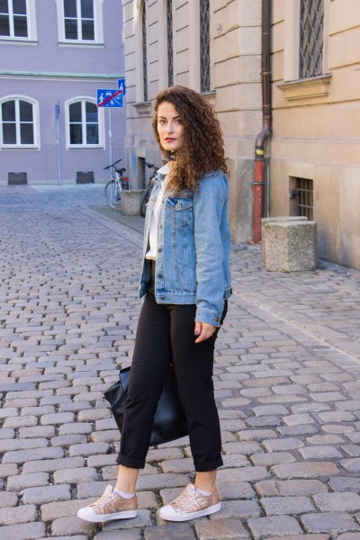 blue boyfriend denim jacket with black skinny jeans with cuffs and low sneakers