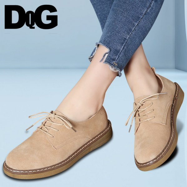 blue skinny jeans with cuff and shoes made of camel suede