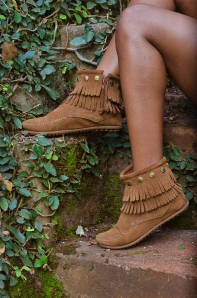 blue denim shorts with camel fringes and ankle-sided zip boots