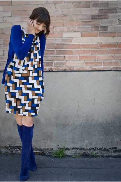 blue printed long-sleeved shift dress knee-high boots
