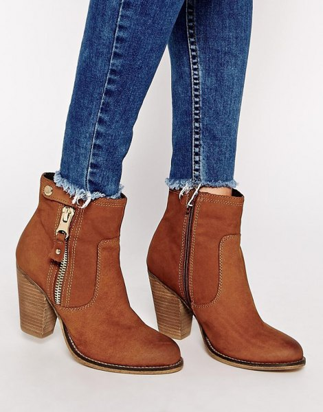 blue slim fit jeans with camel side ankle boots made of suede