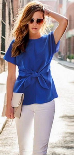 Short-sleeved silk blouse with a blue waist and white skinny jeans