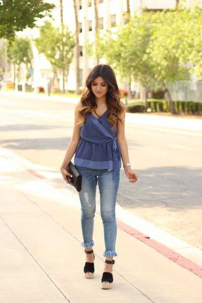 Blue peplum top made of velvet with skinny jeans with a fringed hem