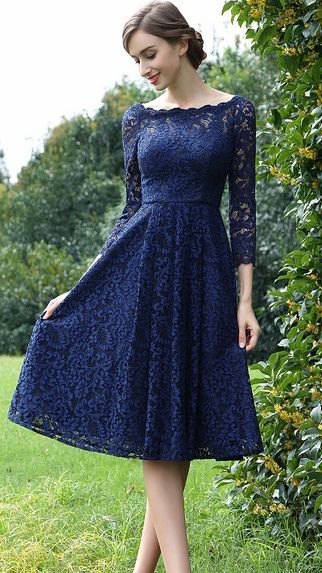 Long-sleeved fit with a boat neckline and a flared lace dress
