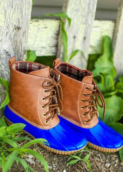 brown and royal blue ankle boots with skinny jeans
