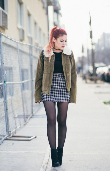 Brown coat made of faux fur collar with a high-waisted, checked, checked mini skirt