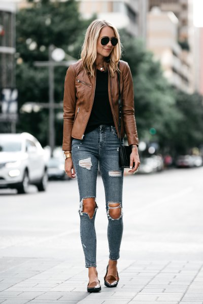 brown leather jacket with gray skinny jeans and light brown slippers