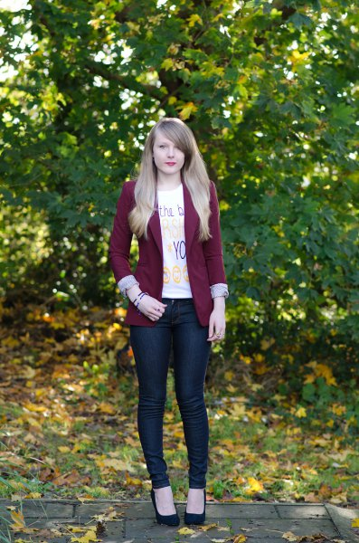 Burgundy blazer with white printed T-shirt and skinny jeans