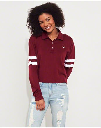 Burgundy polo shirt with relaxed fit and light blue boyfriend jeans