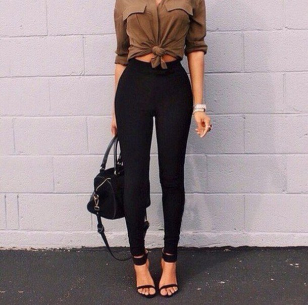Camel knotted blouse with buttons and black skinny jeans with a high waist