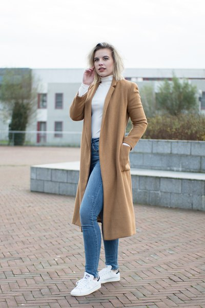 Cami-midi-length wool coat with a white, figure-hugging sweater