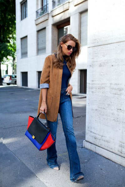 Oversized blazer made of camel suede with blue jeans and black leather boots