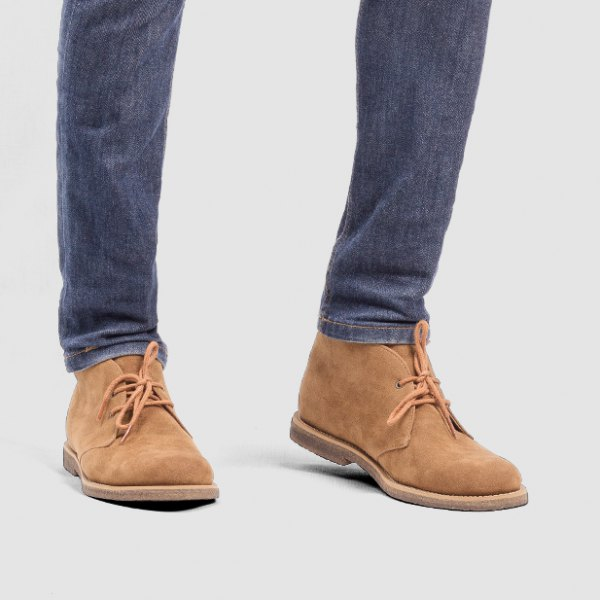 Wing-tip shoes made of camel suede with dark blue slim fit jeans
