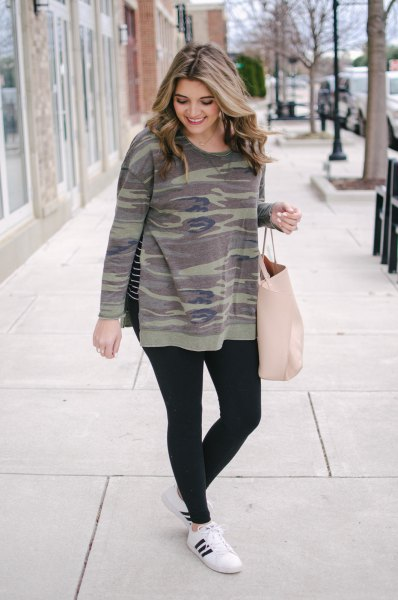 Crew-neck camouflage sweatshirt, black leggings and winter trainers