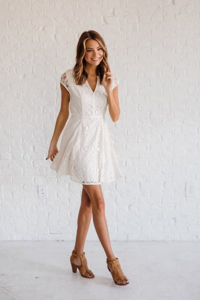 Wing dress with V-neck and flared mini dress with bare heels