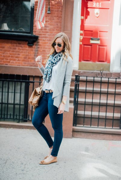 casual cardigan with dark blue skinny jeans and white blouse