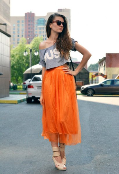Chiffon midi high low skirt with a t-shirt with shoulder print