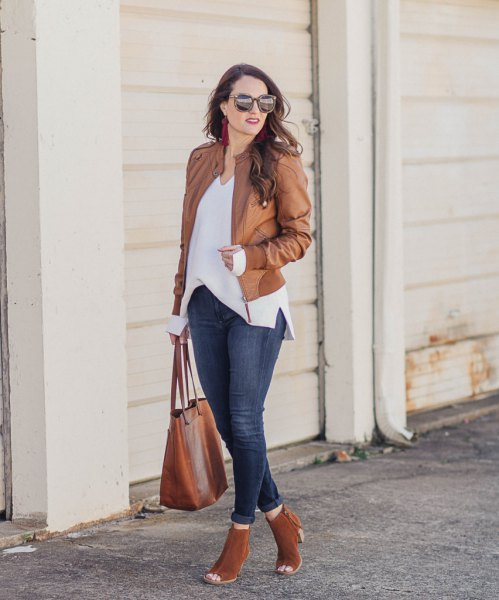 Oversize blouse made of chiffon with leather jacket and open toe ankle boots made of camel suede