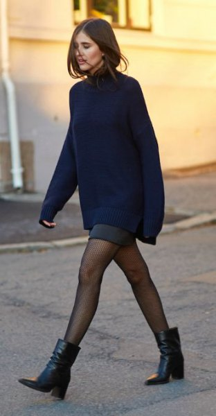 Coarsely knitted sweater with a gray mini skirt and ankle boots