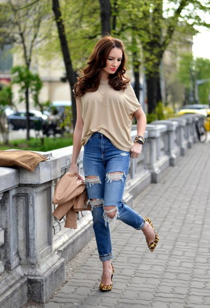 Cream-colored short-sleeved blouse with ripped jeans with cuffs