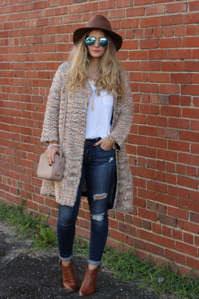 Crepe chunky cardigan with a white T-shirt and ripped skinny jeans