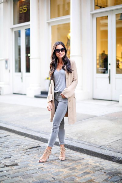 Crepe longline cardigan with a gray t-shirt with a deep V-neck and ankle jeans