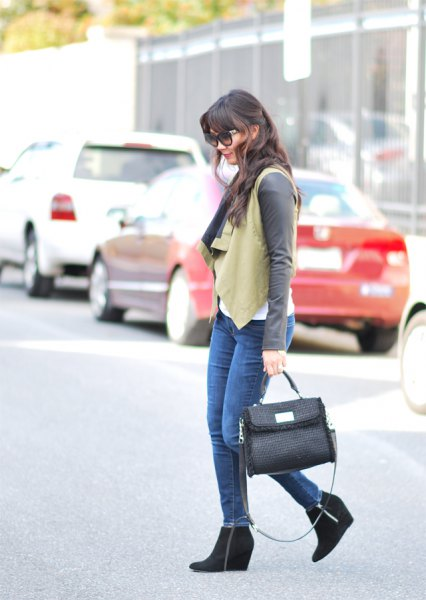 Crepe vest with a gray long-sleeved T-shirt and black ankle boots
