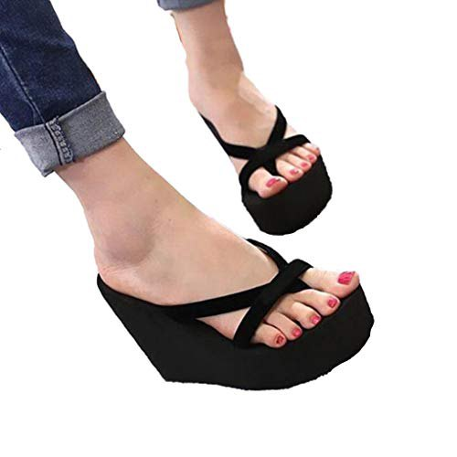 Dark blue skinny jeans with cuffs and black flip-flops with high heels