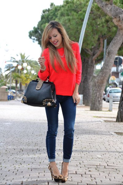 Dark blue skinny jeans with cuffs and red sweater