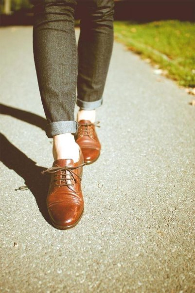 Dark blue skinny jeans with cuffs and brown leather shoes