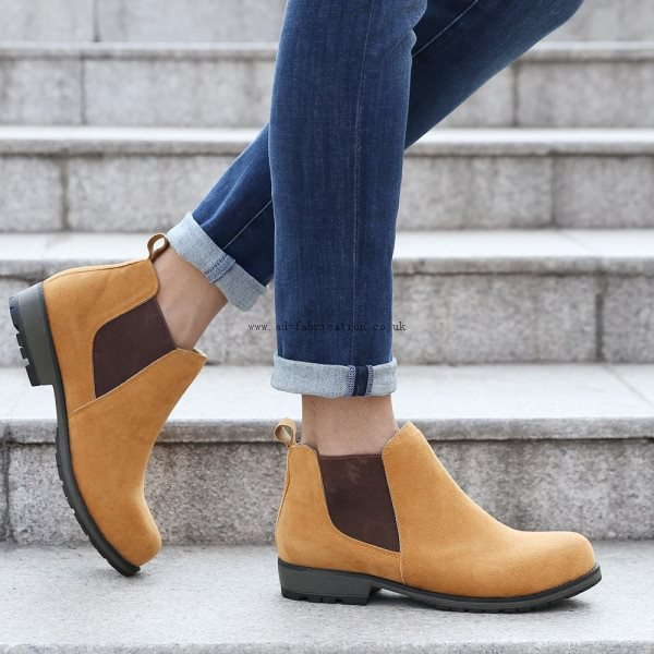 Dark blue skinny jeans with cuffs and light brown suede shoes