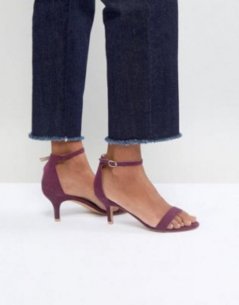 Dark blue slim fit jeans with cuffs and gray sandals with kitten heels
