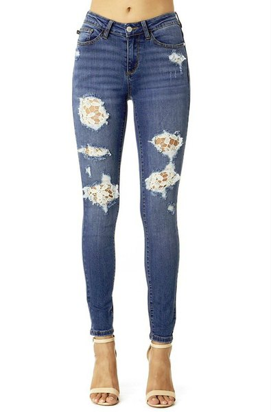 Dark blue skinny jeans made of lace with light pink open toe heels