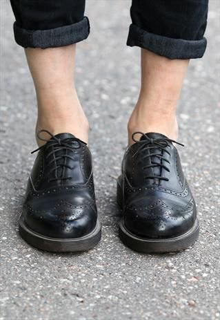 dark skinny jeans with cuffs and black wingtip shoes