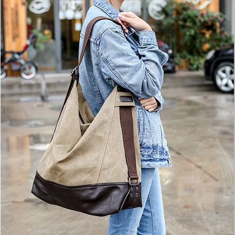 Denim jacket with jeans and a large beige shoulder bag