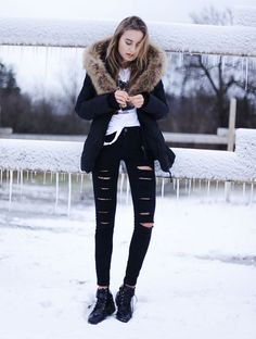 Blazer with a faux fur collar, ripped jeans and lace-up boots